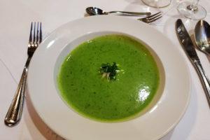 Spinatcreme-Suppe mit einer Haube aus Ziegenfrischkäse